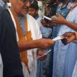Le vice président du RFD distribue des tracts