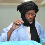 un-electeur-mauritanien-depose-son-bulletin-dans-l-urne-d-un-bureau-de-vote-a-nouakchott-le-21-juin-2014_4928653