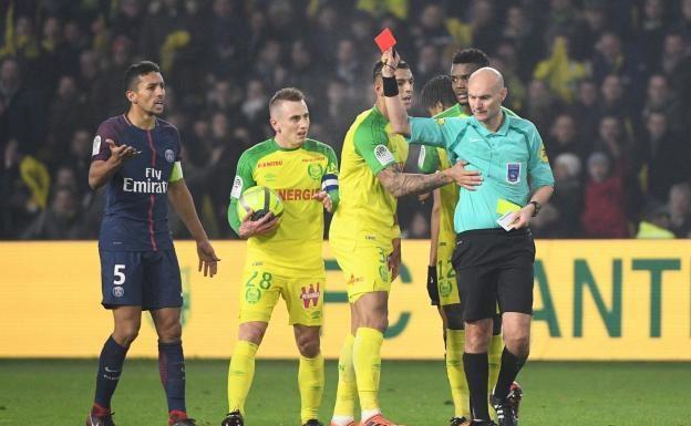 Les Nantais et Marquinhos ne comprennent pas la décision de Tony Chapron. (F. Faugère / L'Equipe)