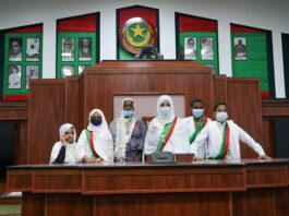 Le bureau du parlement des enfants dans l'hémicycle   Crédit photo : DisInfoArts
