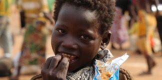 Des biscuits à haute teneur énergétique sont distribués par la PAM dans le cadre de l'aide nutritionnelle fournie dans la ville de Batangafo, au nord de la République centrafricaine. Photo : PAM/Bruno Djoyo